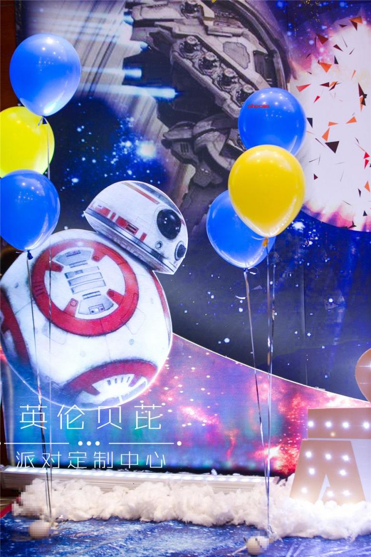 星球大战主题生日派对的小寿星austin是星球大战的忠实粉,超级喜欢星球大战,希望自己的10岁生日布置是星球大战主题的。所以英伦贝芘的策划师为小寿星策划了这样一场酷酷的生日派对。 10岁生日布置氛围设计:苏州英伦贝芘派对定制中心。 10岁生日布置纸品设计:苏州英伦贝芘派对定制中心。