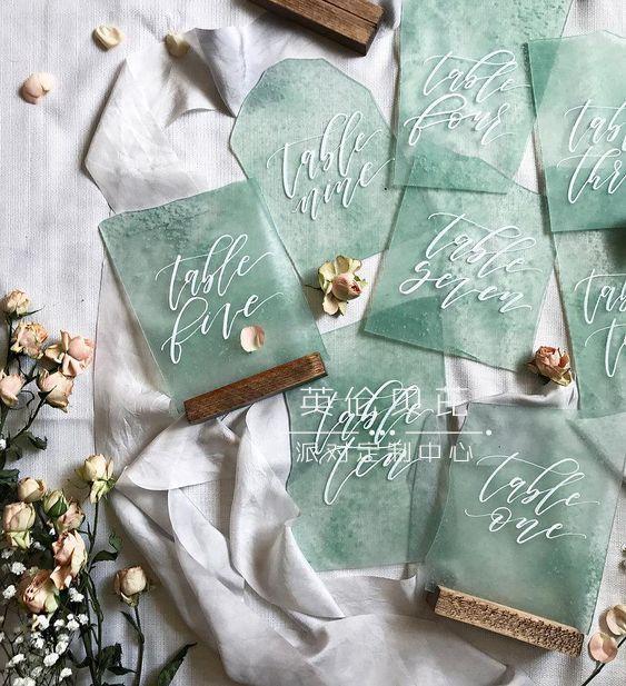 生日贺卡:绿色与金色搭配的生日贺卡设计