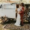 我们本周有一些独特的新郎套装,大家一定要来看看!无论您是打算在秋季结婚,还是打算改成一个更安全的日期推迟婚礼,本次这对新人的风格都由Mae + Co.做造型,婚礼团队两套华丽的花卉装置,甜品商提供了您需要的一点糖果!  思嘉穿着来自Everthine Bridal和Heart and Soul的美丽的塞纳河街礼服,显得超浪漫。洛伦佐展示了一家锈色的新郎西服。 这场令人难以置信的亲密婚礼在雪松湖举行,雪松湖位于纽约哈德逊河谷的中心。其戏剧性的圆形剧场和天然湖泊的背景本身就是一种美。加入适量的秋季奇思妙想,加上赤陶,多尘的粉红色和中性色的点缀。婚礼团队在独立的基座上使用玫瑰和蒲苇的混合物创造了现代花卉装置。独特的竹制餐具完美搭配了整个餐桌上的花朵。